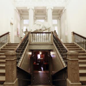 Лестница главного входа. Здание Российской академии художеств на Пречистенке,21. Современный вид.