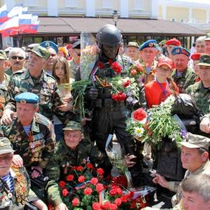 Памятник «Вежливым людям»  работы С.Щербакова открыт в Крыму.